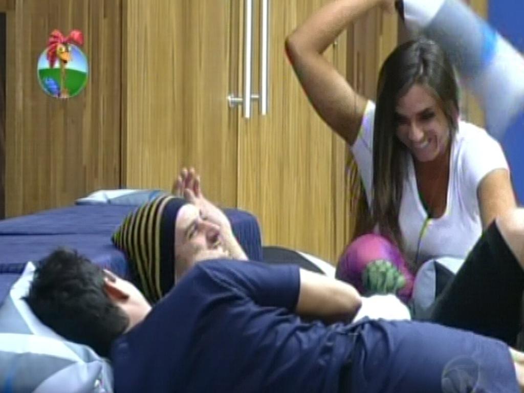 Nicole bahls dá almofadadas em Rodrigo Capella (30/5/12)