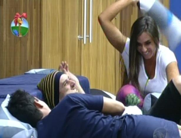 Quando ainda era amiga de Rodrigo Capella, Nicole Bahls brincava de jogar almofadas no humorista
