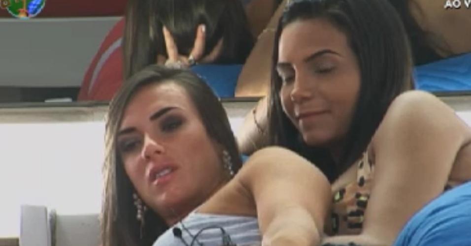 Nicole Bahls e Shayene Cesário conversam juntas na cama (31/5/12)