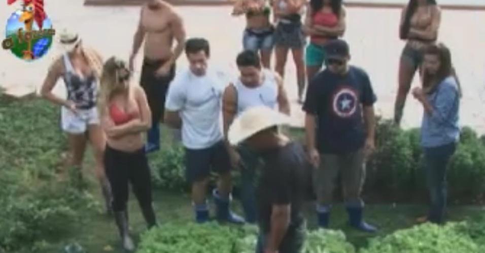 O caseiro Clébis explica como os peõs devem cuidar da horta da fazenda (31/5/12)
