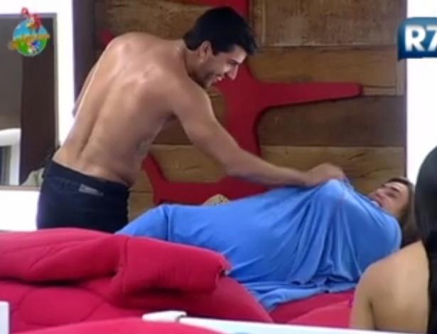 O galã Diego Pombo faz carinhos na ex-panicat Nicole Bahls (30/5/12)