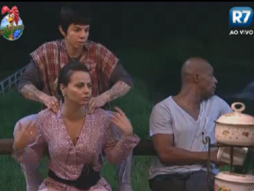 Penélope Nova faz massagem em Viviane Araújo no celeiro (31/5/12)