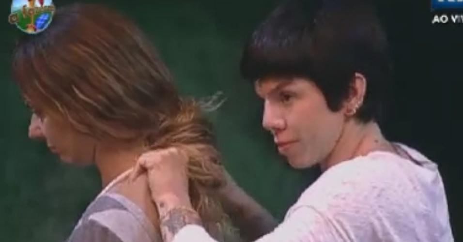 Penélope Nova faz massagem nas costas de Viviane Araújo (31/5/12)