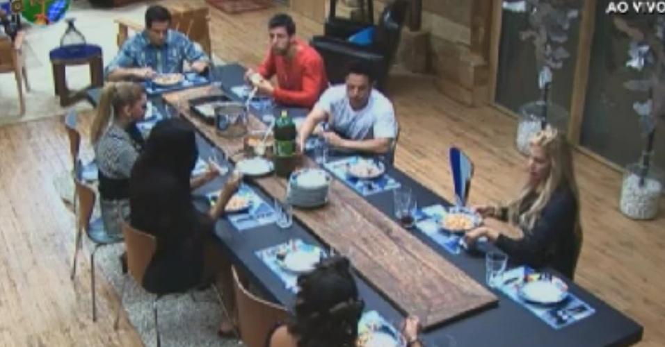 Peões da sede jantam sopa na noite desta quinta-feira (31/5/12)