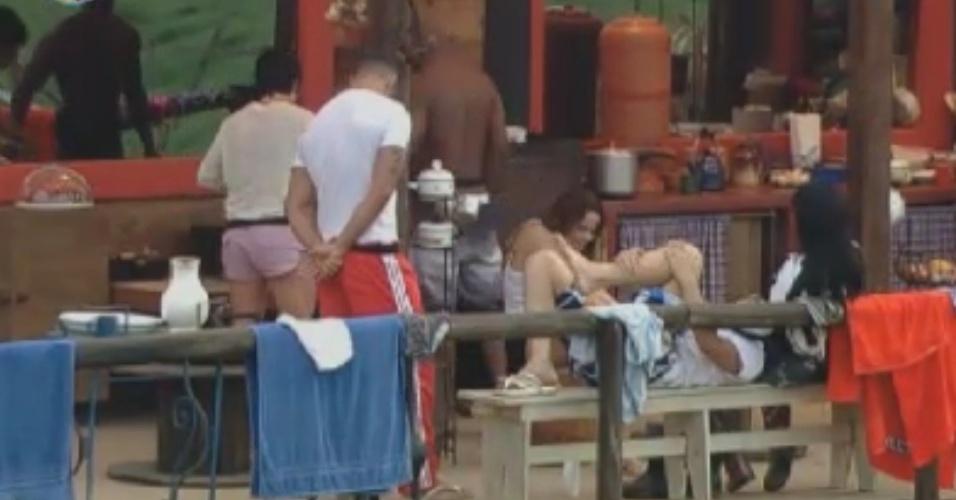 Peões do celeiro conversam na varanda, acompanhados por Gretchen (31/5/12)