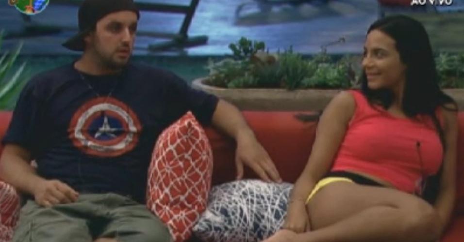 Rodrigo Capella e Shayene Cesário descansam no sofá da sede (31/5/12)