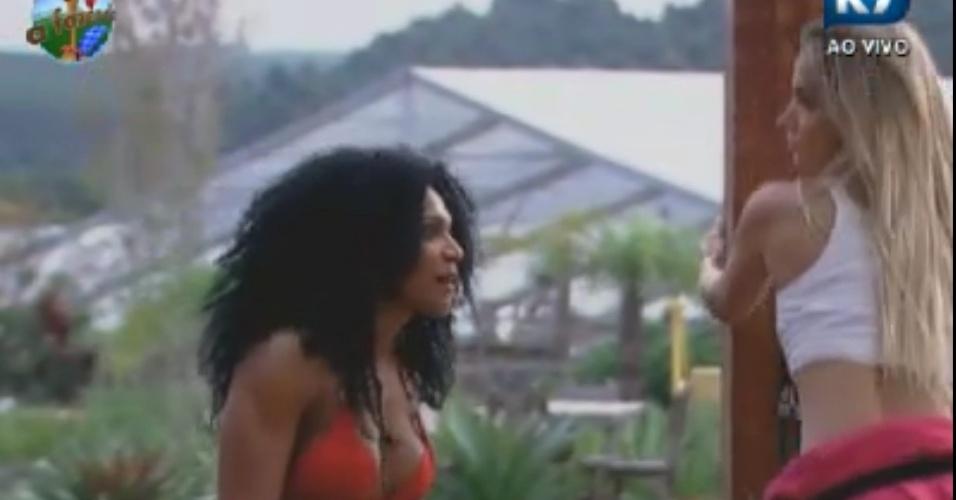 Simone Sampaio e Roberta Portella conversam enquanto fazem exercícios (31/5/12)