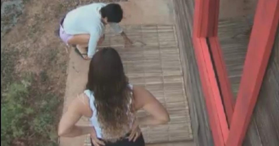 Sob o olhar de Viviane Araújo (costas), Penélope Nova esfrega tapete de palha (31/5/12)