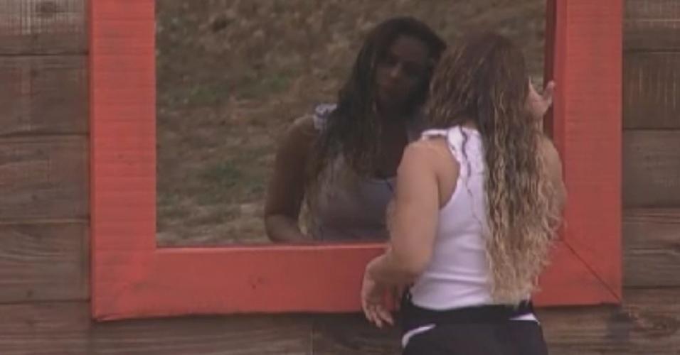 Viviane Araújo se olha no espelho do celeiro (31/5/12)