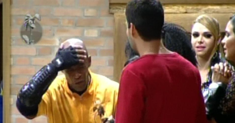 Lui Mendes é bem recebido pelos peões da sede após vencer a prova, na qual machucou a cabeça  (31/5/12)