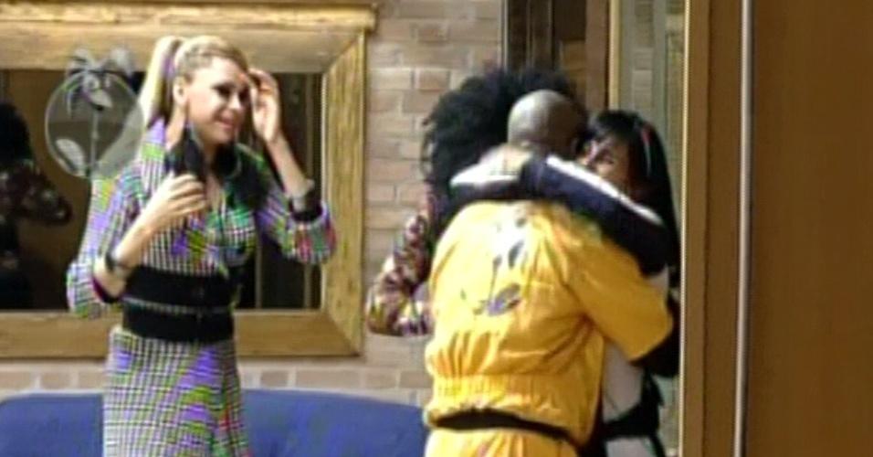 Lui Mendes recebe abraço de Gretchen após vencer prova e ir para a sede (31/5/12)