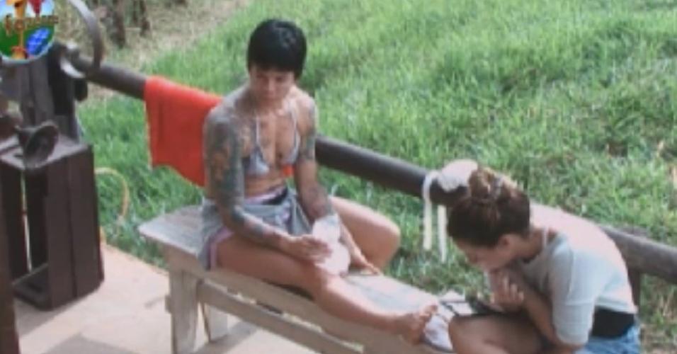 Machucada por causa da prova do celeiro, Penélope coloca gelo no joelho enquanto conversa com Viviane Araújo (1/6/12)