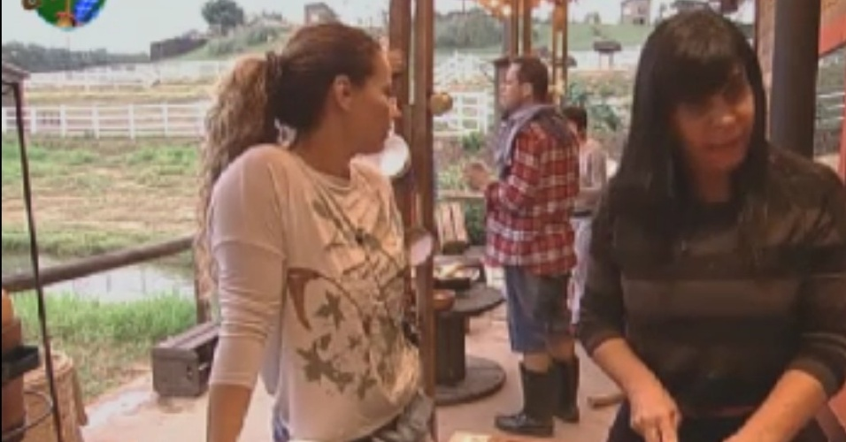 mesmo após garantir vaga na sede, Gretchen e Lui Mendes voltam para celeiro e ajudam peões nas tarefas do dia (1/6/12)