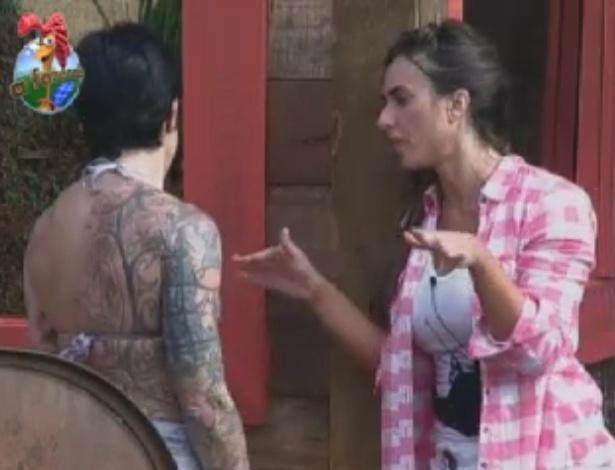 Penélope dá conselhos sobre postura no reality show para Nicole Bahls (1/6/12)