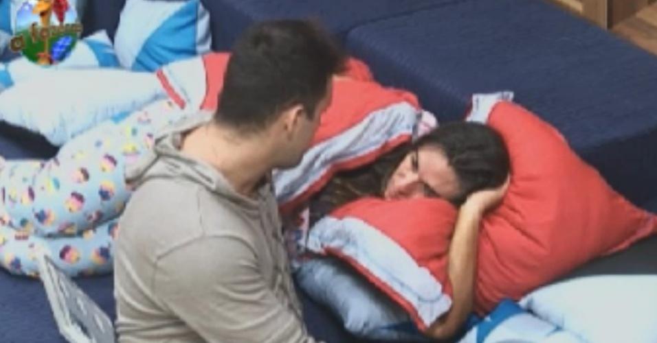 Rodrigo Capella insiste para Nicole Bahls dormir no quarto, mas a modelo se recusa
