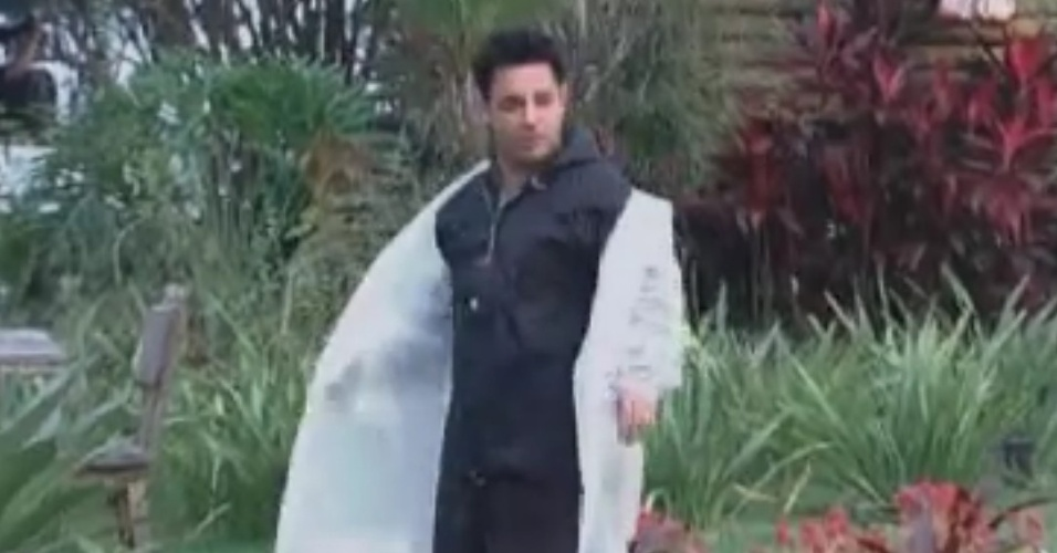 Vavá veste capa de chuva no primeiro dia de trabalho dos peões (1/6/12)