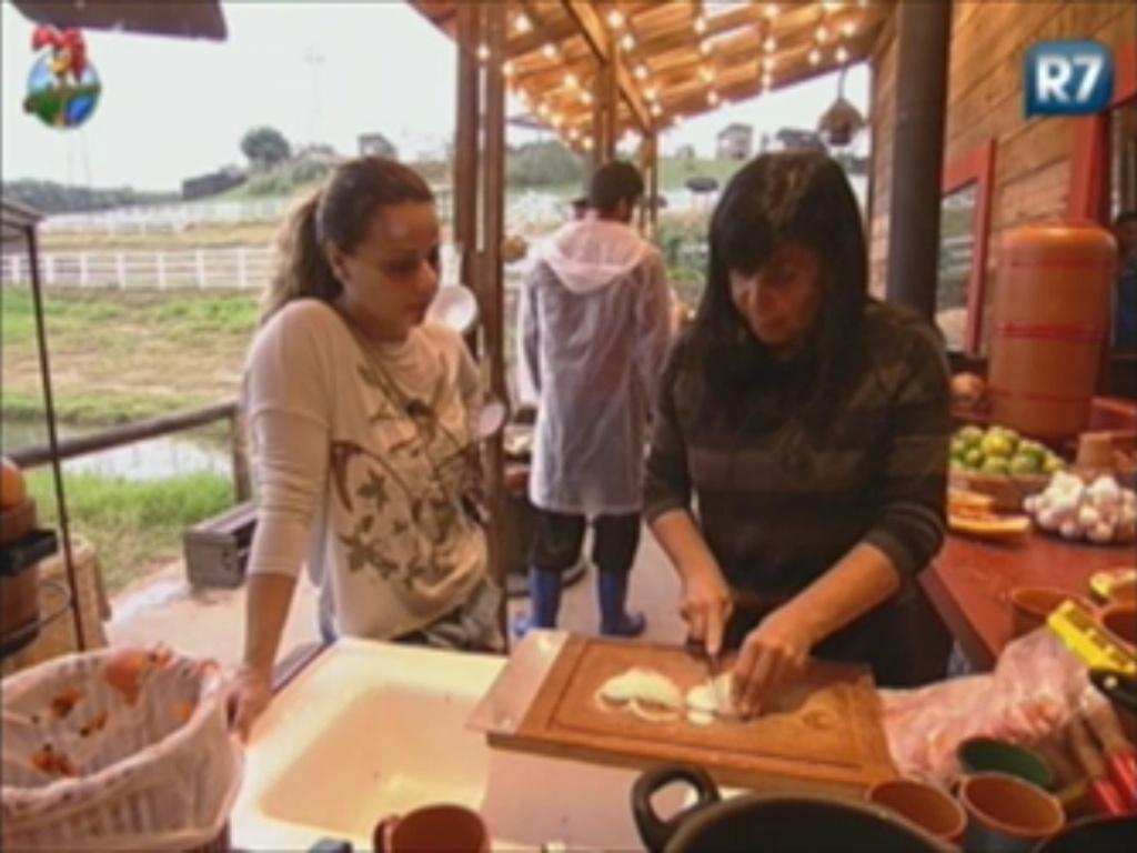 Viviane Araújo e Gretchen conversam no celeiro durante a manhã (1/6/12)