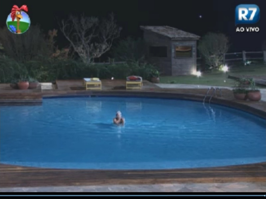 Ângela Bismarchi nada sozinha na piscina durante a noite (2/6/12)