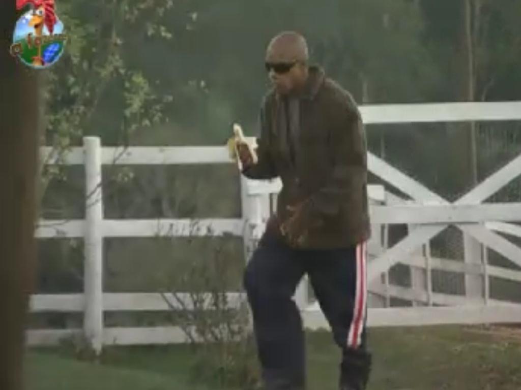 Depois de ser desclassificado e voltar para o celeiro, Lui Mendes é o primeiro peão a acordar e fazer tarefas do dia (2/6/12)