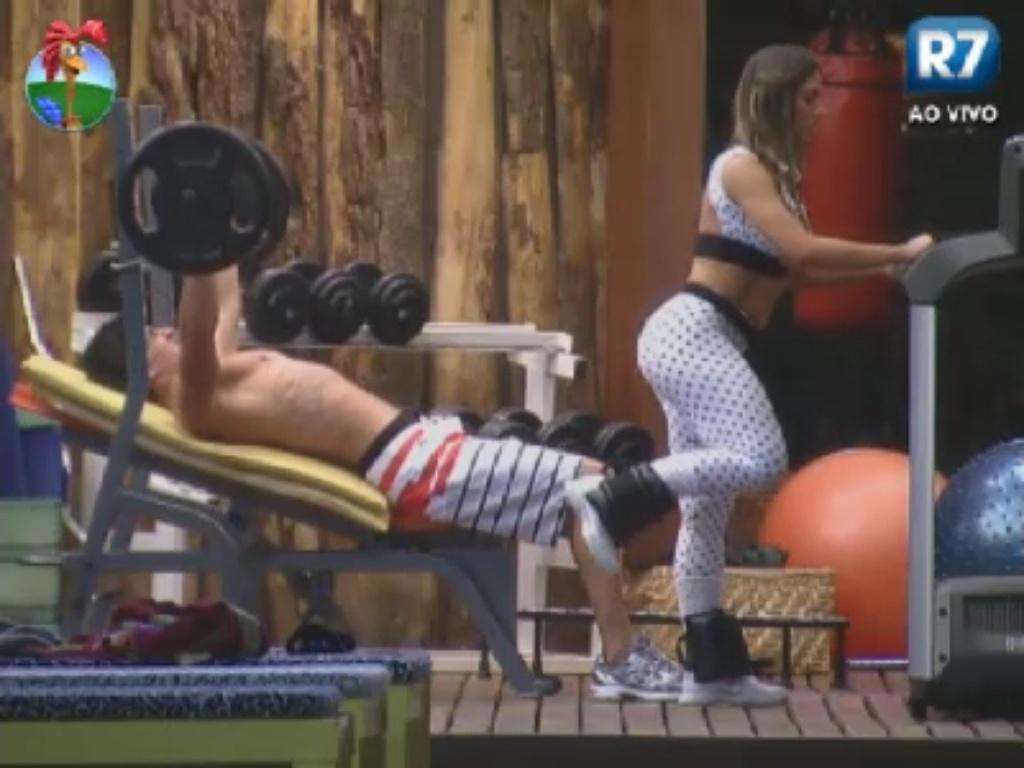 Diego Pombo e Nicole Bahls se exercitam na academia de