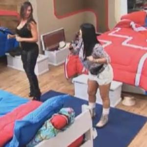 """Gretchen (esq.) ensina Nicole (dir.) a dançar o """"Melô do Piripipi"""" (2/6/12)"""