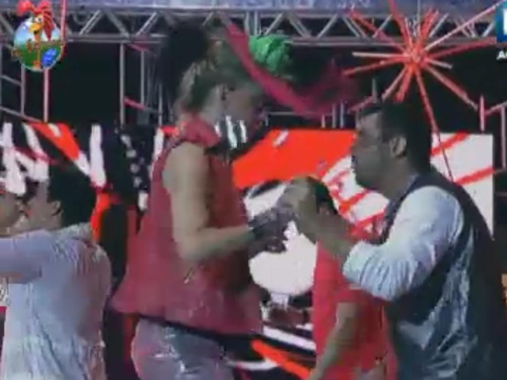Nem mesmo Léo Áquilla escapou da empolgação de Rodrigo Capella na festa (2/6/12)