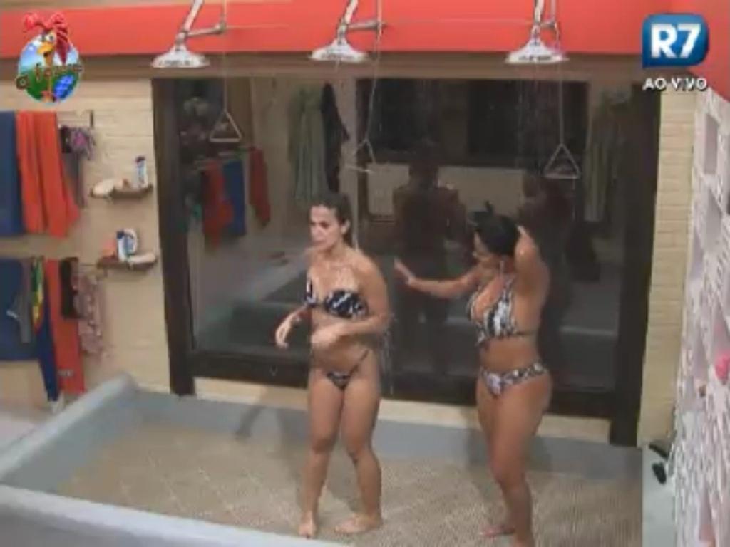 Roberta Portella e Gretchen tomam banho juntas na sede (2/6/12)