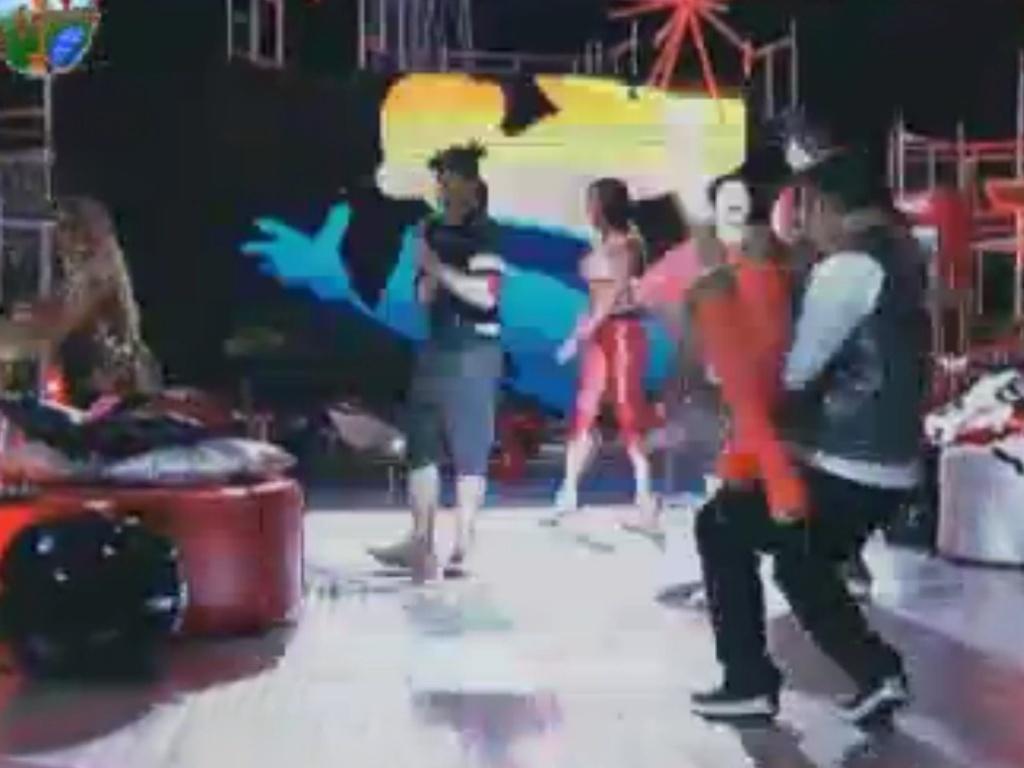 Rodrigo Capella carrega Simone Sampaio em passo de dança (2/6/12)