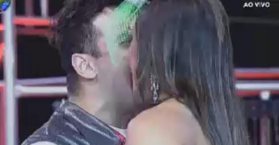 """Rodrigo Capella chega em Nicole Bahls na primeira festa de """"A Fazenda 5"""" (2/6/12)"""