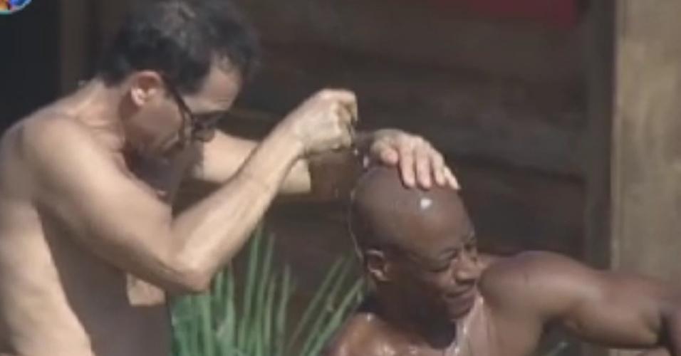 Sylvinho Blau-Blau raspa o cabelo de Lui Mendes com lâmina de barbear (2/6/12)