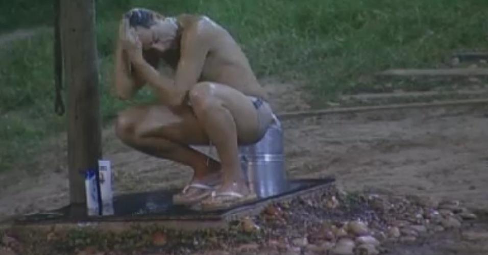 Sylvinho Blau-Blau toma banho de água gelada no chuveiro da área externa do celeiro (2/6/12)