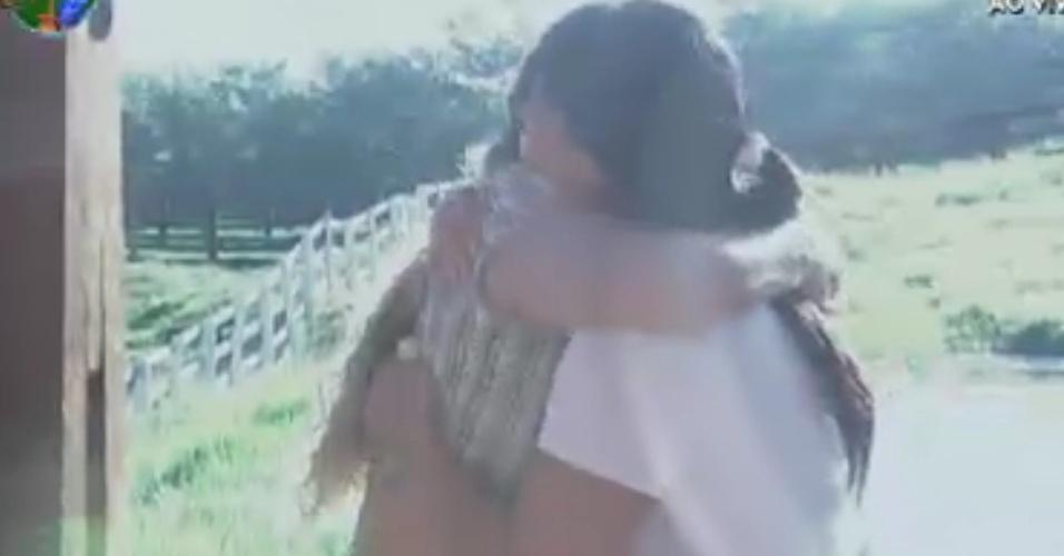 Viviane Araújo abraça Gretchen ao acordar (2/6/12)