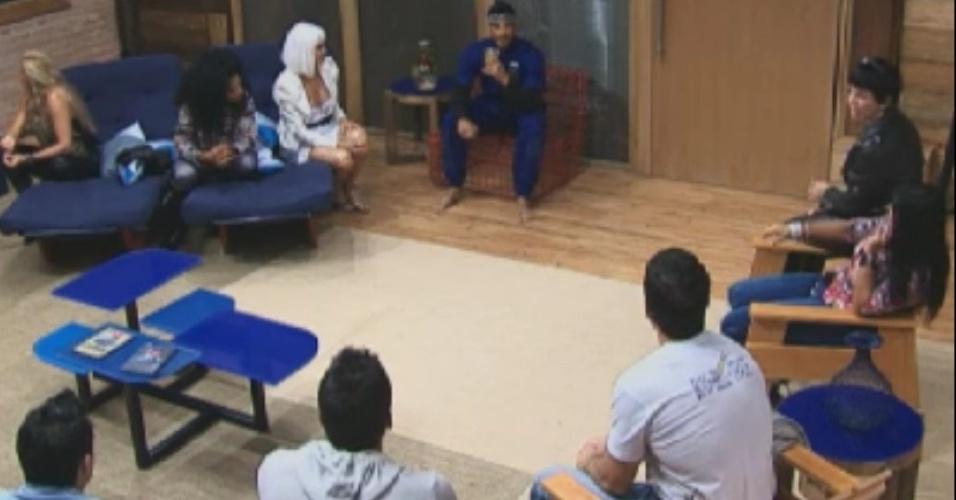 Gustavo Salyer (de azul) é cercado pelos participantes da sede após vencer prova que o livrou da roça (3/6/12)