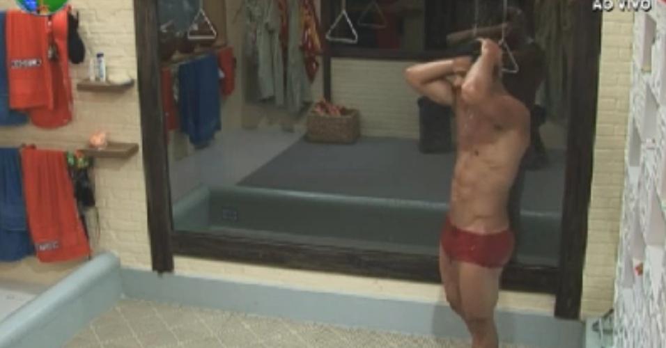 Gustavo Salyer toma banho pela primeira vez na sede de
