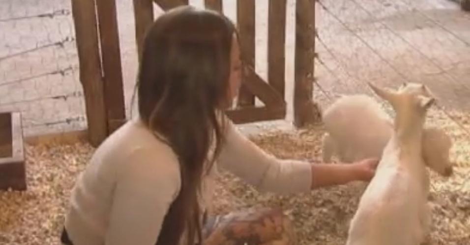 Nicole Bahls brinca com filhotes de cabra durante a tarde (3/6/12)