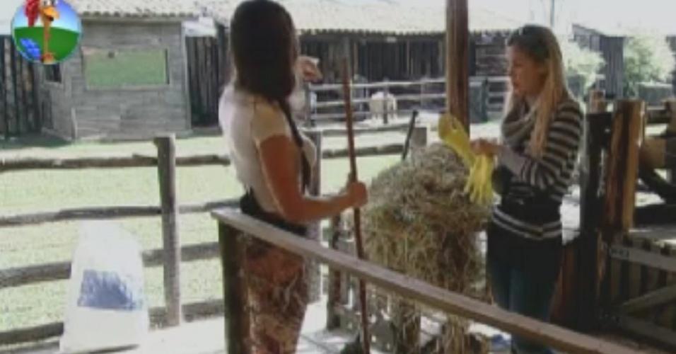Nicole Bhals ensina Robertha Portella a cuidar das cabras (3/6/12)