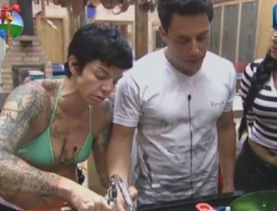 Penélope Nova coloca água gelada em queimadura do cantor Vavá (3/6/12)