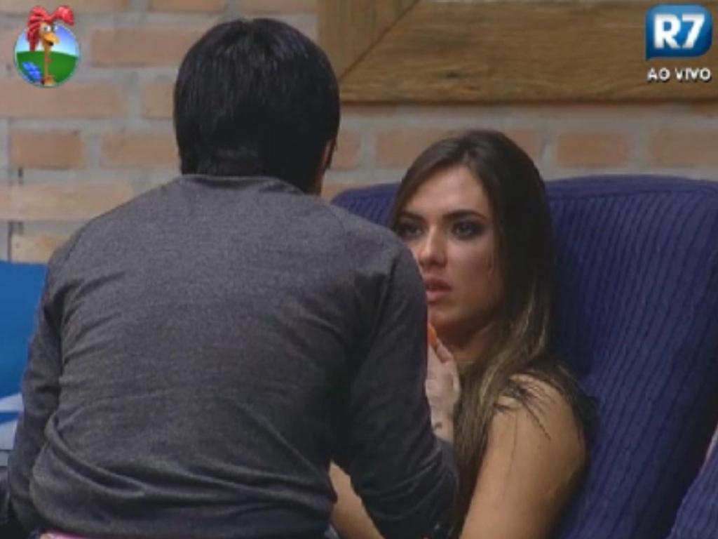 Penélope Nova (costas) conversa com Nicole Bahls na sede (2/6/12)