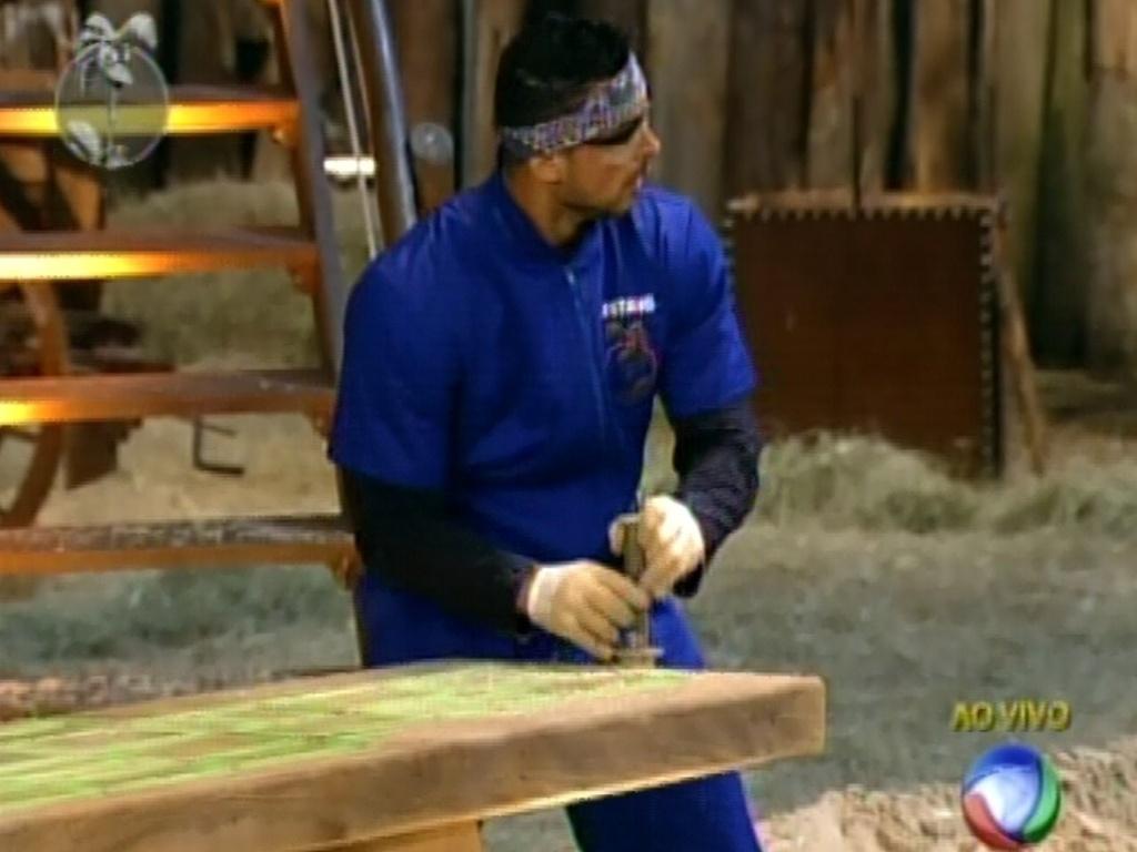 Primeiro a encontrar peça na areia, Gustavo Salyer tenta passar por labirinto durante prova de