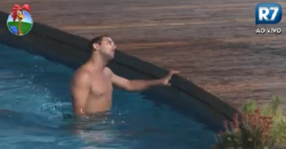 Rodrigo Capella aproveita a piscina durante a noite (3/6/12)