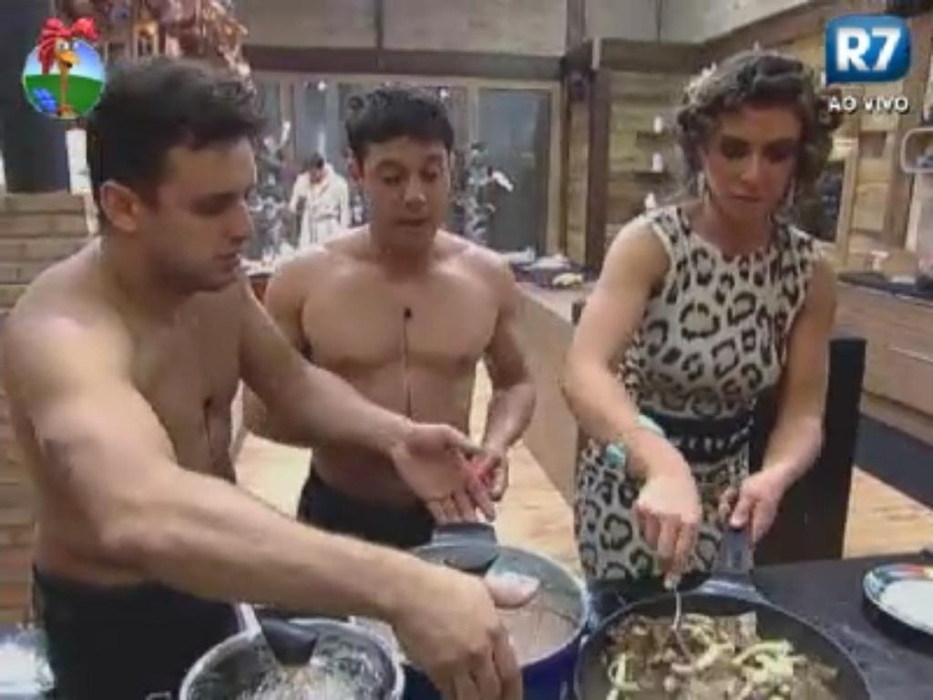 Rodrigo Capella, Vavá e Nicole Bahls preparam o jantar dos peões em