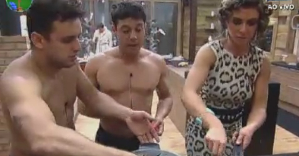 """Rodrigo Capella, Vavá e Nicole Bahls preparam o jantar dos peões em """"A Fazenda 5"""" (3/6/12)"""