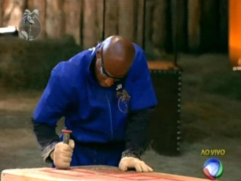 Segundo participante a achar peça de ferro na areia, Lui Mendes tenta completar labirinto (3/6/12)