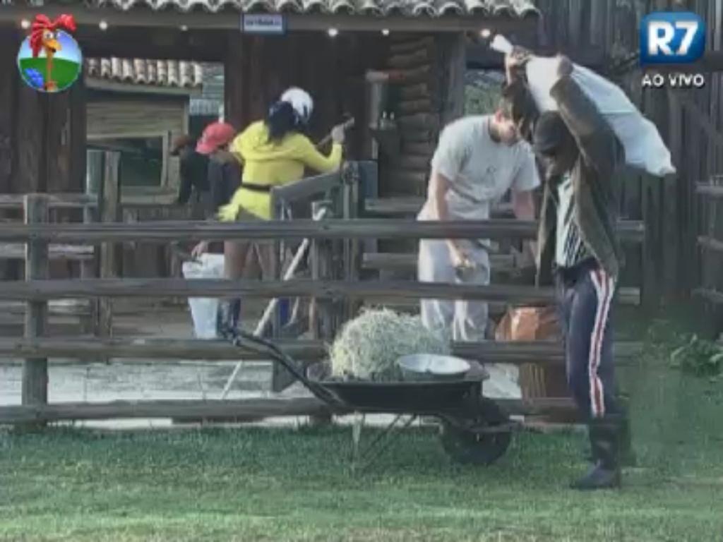 Simone Sampaio, Felipe Folgosi, Lui Mendes e Diego Pombo trabalham na fazenda (3/6/12)