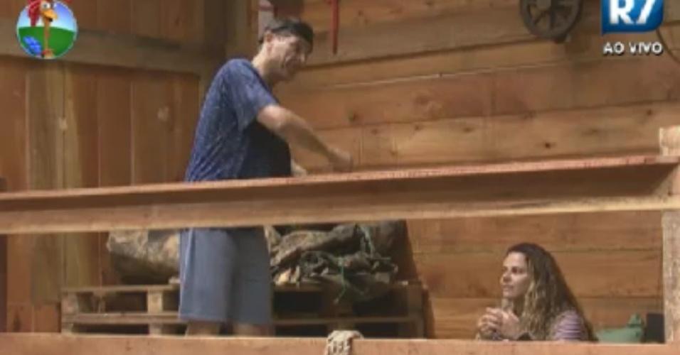 Sylvinho Blau Blau conversa com Viviane Araújo no celeiro antes de dormir  (2/6/12)