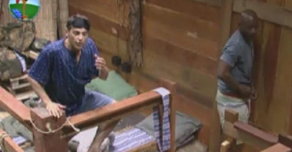 Sylvinho Blau Blau e Lui Mendes conversam no celeiro antes de dormir  (2/6/12)