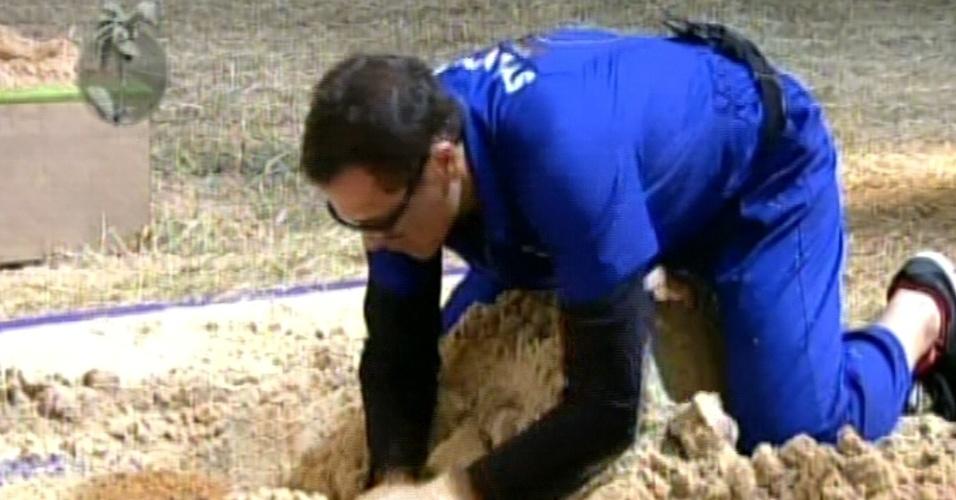 """Sylvinho Blau-Blau procura peça de ferro em prova de """"A Fazenda 5"""" (3/6/12)"""