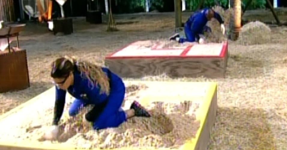 """Viviane Araújo cava buraco na areia para tentar achar pedra de ferro durante prova em """"A Fazenda 5"""" (3/6/12)"""