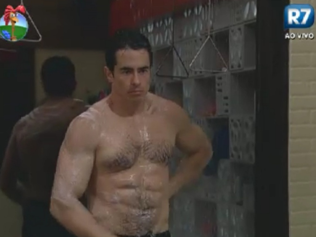 Felipe Folgosi toma banho na sede após malhar na academia (4/6/12)