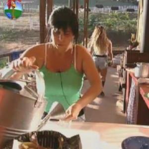 Gretchen vai ao celeiro e ajuda os peões em suas tarefas (4/6/12)